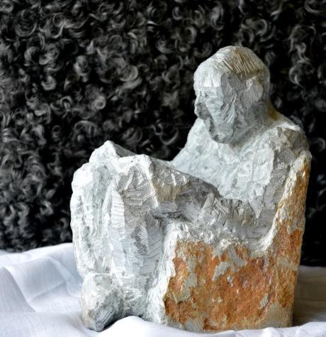 Tidningen, skulptur, täljsten, 2016